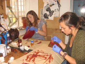 Alumnas del curso tiñendo una de las piezas que realizaron