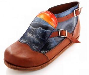 """""""Moby Dick"""". Botín empalmillado. Inspirado en los zapatos de los balleneros del siglo XIX. Repujado y policromado. Vacuno."""