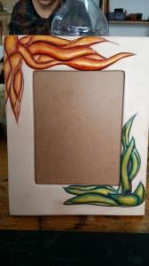 Marco repujado y policromado en cuero de forma artesanal. Realizado por Jhilda