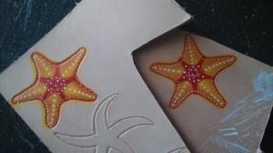 Pendientes de cuero pintados a mano. En proceso