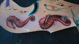 Pendientes de cuero pintados a mano. En proceso.