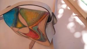 Parte trasera de bolso de cuero artesano pintado a mano.