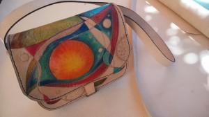 Bolso de cuero artesano pintado a mano.