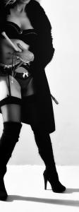 mujer fusta y botas altas cuero